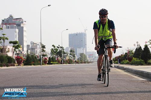 Chuyên gia của AIMS trực tiếp đo đạc, khảo sát cung đường chạy VnExpress Marathon tại Quy Nhơn. Ảnh: Thùy Liên.