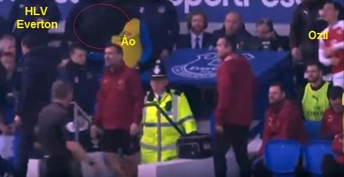 Ozil (phải) ném áo về phía HLV Marco Silva khi bị thay ra.
