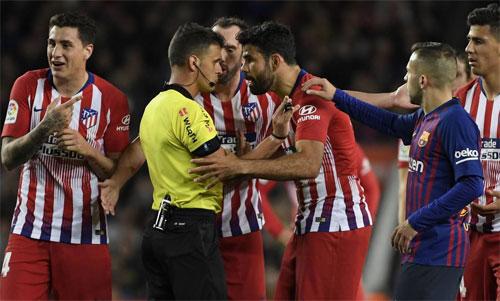 Costa khiến trọng tài phải rút thẻ đỏ trực tiếp. Ảnh: Reuters