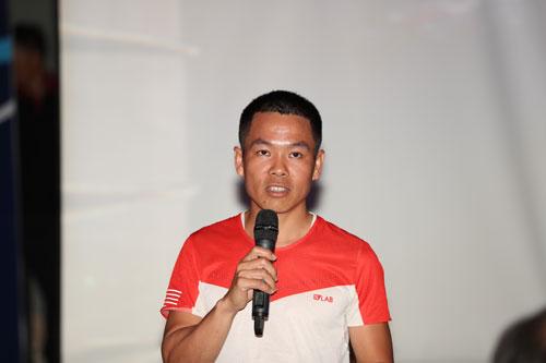VĐV Hùng Hải phát biểu tại họp báo VnExpress Marathon. Ảnh:Đức Đồng.
