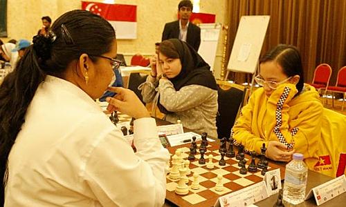Hồng Anh (phải) bất ngờ đoạt HC vàng G18 dù chỉ là hạt giống số chín.