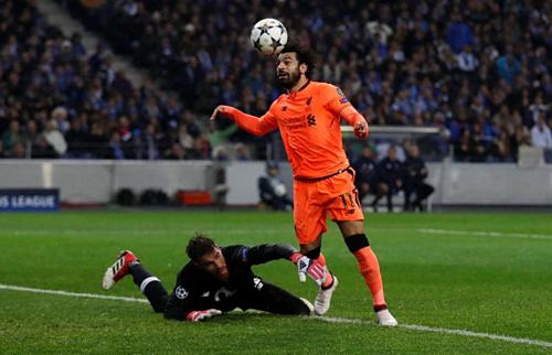 Liverpool (áo cam)đại thắng 5-0 ở lượt đi vòng 1/8 năm ngoái. Ảnh: Reuters.