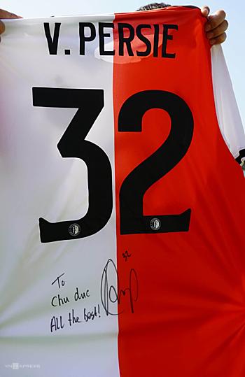 Danh thủ Van Persie gửi tặng bầu Đức chiếc áo đấu của anh ở CLBFeyenoord. Ảnh: Hùng Linh.