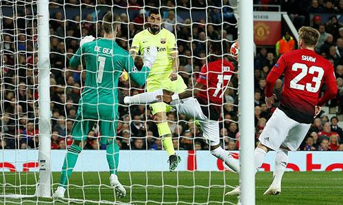 Bóng chạm vai Shaw (số 23) sau cú đánh đầu của Suarez và được tính là bàn phản lưới của hậu vệ người Anh. Ảnh: Reuters.