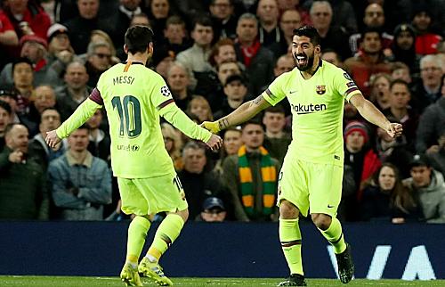 Suarez chia vui với Messi sau bàn thắng mở tỷ số. Ảnh:Rex.