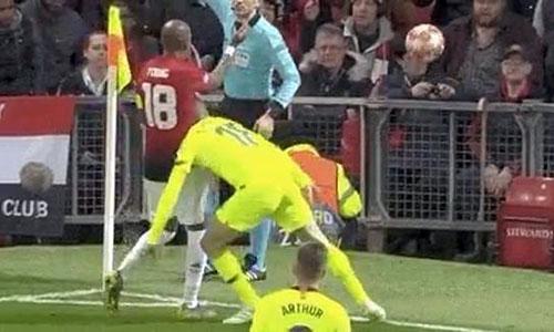 Jordi Alba húc đầu vào ngực Ashley Young, sau khi phá bóng hết đường biên.