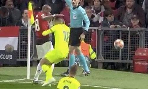 Trong khi Young chưa hiểu điều gì xảy ra, Alba đã ôm gáy và ngã xuống sân.