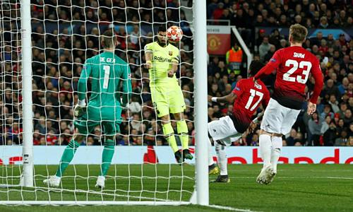 Pha đánh đầu dẫn tới bàn thắng của Suarez. Ảnh:Reuters.