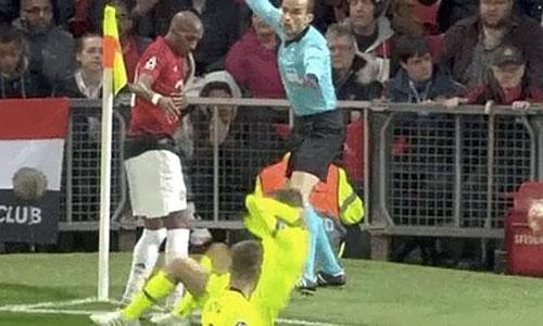 Đứng ngay sát pha va chạm, trọng tài biên xua cờ, báo hiệu Young không phạm lỗi và trận đấu tiếp tục. Tuy nhiên, do Alba nằm trong sân, trận đấu bị gián đoạn gần một phút.