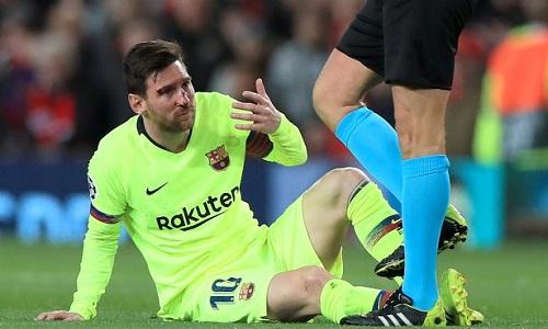Máu chảy trên mặt Messi sau pha va chạm với Smalling. Ảnh: EMPICS.