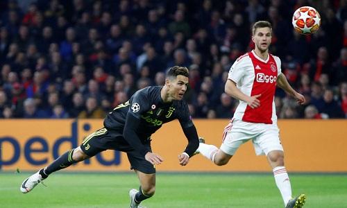 Pha bay người đánh đầu ghi bàn của Ronaldo. Ảnh: Reuters.