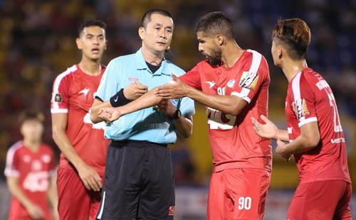 Cầu thủ Viettel phản ứng với quyết định công nhận bàn thắng của trọng tài Trọng Thư. Ảnh: Đức Đồng