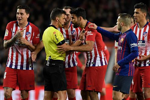 Diego Costa phản ứng với trọng tài ở trận đấu gặp Barca. Ảnh:Reuters.