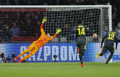 Pha cứa lòng làm tung lưới Juventus.
