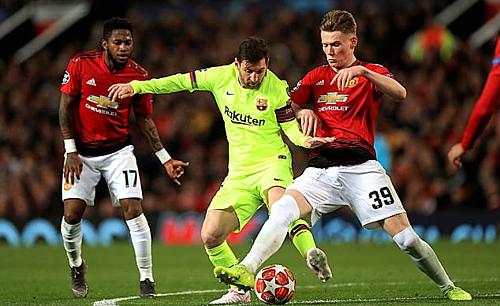 McTominay (số 39) nhiều lần ngăn chặn Messi. Ảnh: Empics.