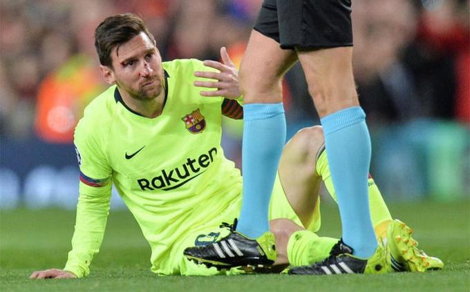 Messi đổ máu trên sân Old Trafford
