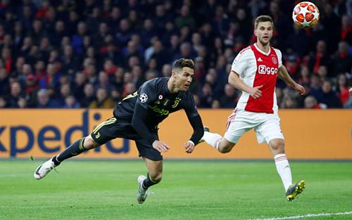Ronaldo đánh đầu ghi bàn vào lưới Ajax. Ảnh:Reuters.