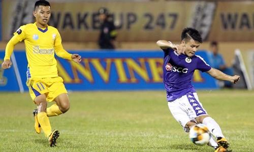 Quang Hải (phải) được bình chọn là Cầu thủ hay nhất trận Khánh Hòa - Hà Nội. Ảnh: Lâm Thỏa.