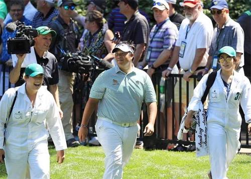 Aphibarnrat (giữa) được hỗ trợ bởi hai golfer nữ đồng hương, Ariya Jutanugarn (trái) và Moriya Jutanugarn (phải). Ảnh: PGA.