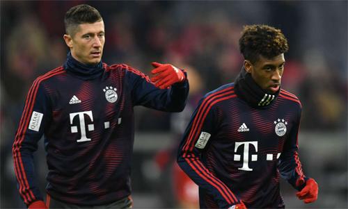 Lewandowski và Coman gây náo động sân tập. Ảnh: Reuters