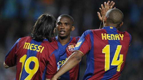 Etoo (giữa) gắn bó với Barca từ 2004 đến 2009.