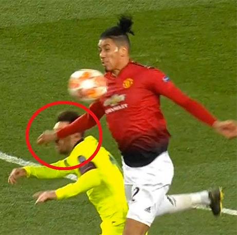 Messi trong tình huống bị cánh tay của Smalling đập trúng mặt.