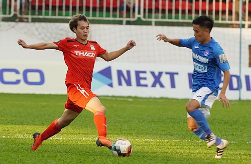 Nguyễn Văn Toàn ghi hai bàn thắng trong trận đấu HAGL thắng Quảng Ninh 3-2 trên sân Pleiku ngày 13/4. Ảnh: Hùng Linh