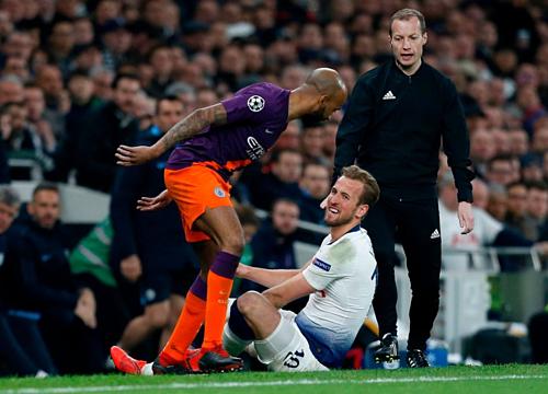 Harry Kane bị chấn thương sau khi va chạm với Fabian Delph. Ảnh:Reuters.