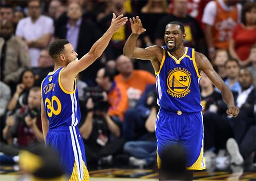 Curry (số 30) vàDurant là hai trong số bốn All-Star trong đội hình Warriors, bên cạnh Draymond Green và Klay Thompson. Ảnh: AP.