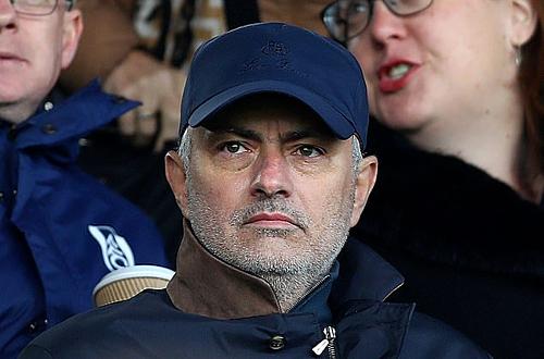 Mourinho ngồi trên khán đài sân Craven Cottage.