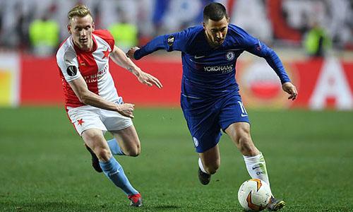 Hazard (phải) trong trận đấu với Slavia Prague hồi giữa tuần. Ảnh: Reuters.