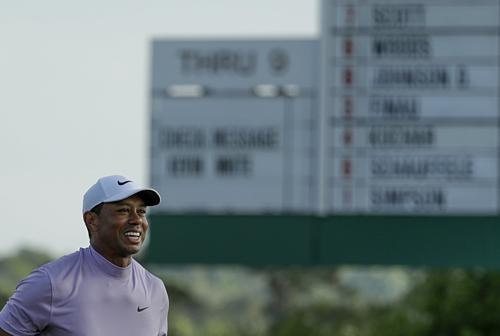 Woods hài lòng với điểm -11 qua ba vòng. Ảnh:AP.