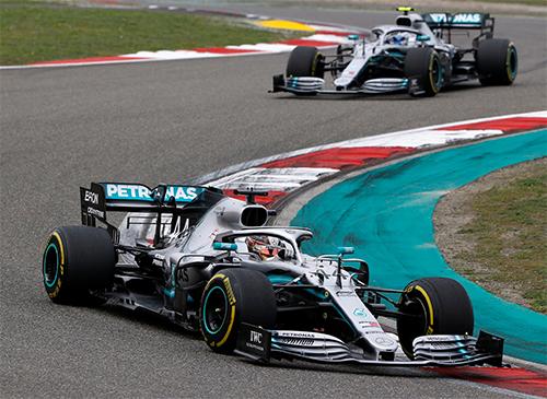 Hamilton sớm vượt qua đồng đội Bottas và giữ ngôi đầu trong toàn bộ chặng đua.