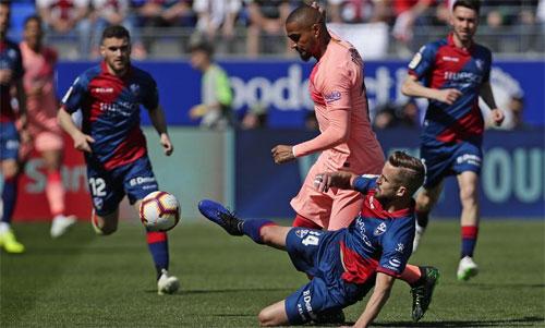 Boateng chưa quen với lối chơi Barca.