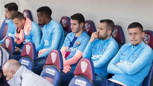 Coutinho, Arthur, Alba và Lenglet đều khởi đầu bên ngoài sân. Ảnh: MD