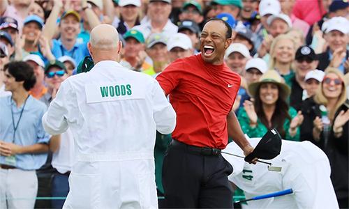 Woods (phải) mang lại niềm vui cho một người chơi ở Nevada. Ảnh: USA Today.