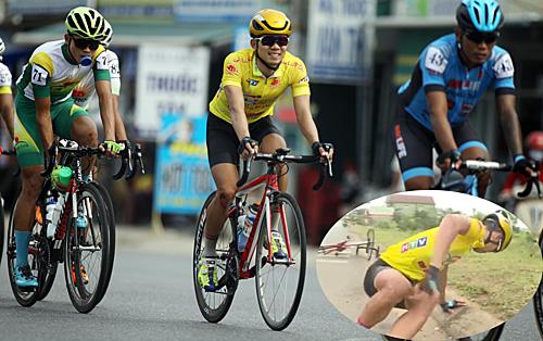 Thành Tùng (áo vàng) trở lại đường đua sau khi bị tai nạn (ảnh nhỏ). Anh vẫn lạc quan, vui vẻ đạp về đích để giữ Áo Vàng sau ba chặng. Ảnh: Đức Đồng.
