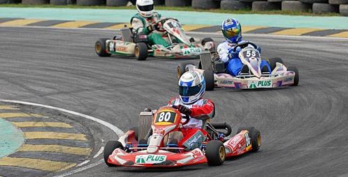 Những chiếc siêu xe Go-kart có thể đạt vận tốc 260 km/h trên đường đua.