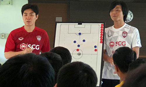 Sau các buổi nhồi thể lực, HLV Yoon tập trung học trò để phân tích các mảng miếng tấn công.
