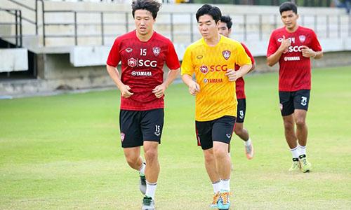 HLV Yoon Jong-hwan (áo vàng) chạy khởi động cùng học trò.