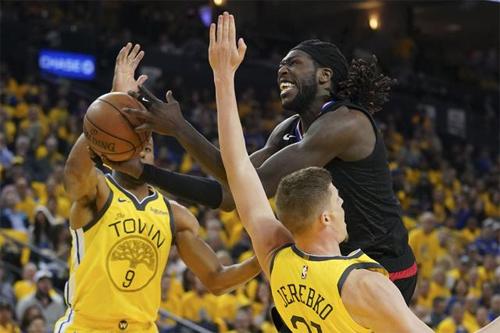 Harrell (áo đen, 25 điểm) tả xung hữu đột trong vòng paint của Warriors. Ảnh: Reuters.
