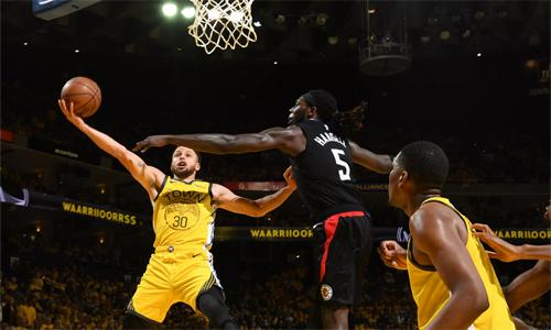Curry (số 30, vàng) ghi 29 điểm, nhưng không đủ giúp Warriors tránh khỏi thất bại. Ảnh: Reuters.