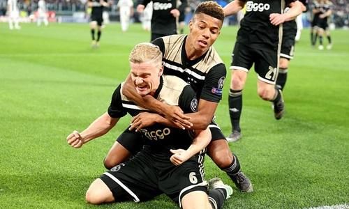 Neres (phải) mừng bàn ấn định chiến thắng 2-1 cùng Van De Beek. Ảnh: EMPICS