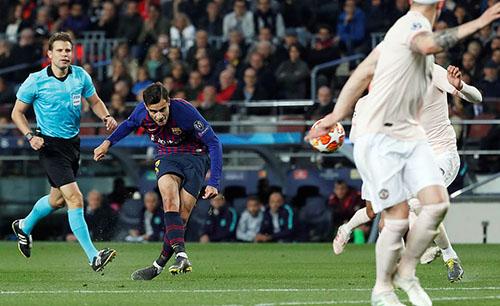 Siêu phẩm cửa lòng của Coutinho. Ảnh: Reuters.