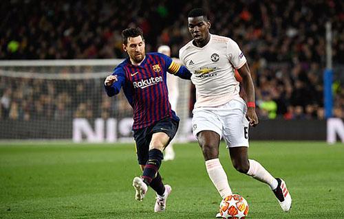 Messi (trái) thoải mái nhảy múa trước hàng thủ Man Utd. Ảnh: AP.