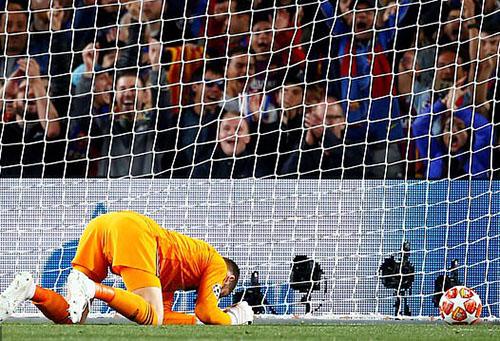 Còn De Gea và hàng thủ Man Utd đã chơi tệ hại trong lần đầu tiên vào tứ kết sau 5 năm. Ảnh: EPA.
