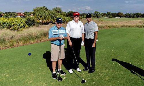 Jack Nicklaus, Donald Trump và Tiger Woods (từ trái qua phải) chơi golf cùng nhau tại Florida hồi đầu năm. Ảnh: Twitter.