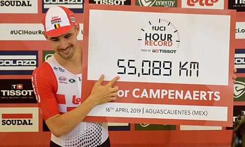 Campenaerts bên cạnh bảng thành tích kỷ lục được Liên đoàn đua xe đạp thế giới (UCI) công nhận. Ảnh: Reuters.