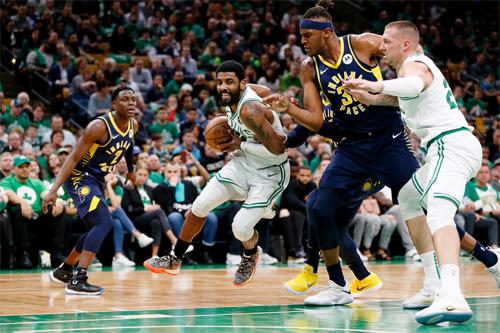 Irving (cầm bóng) là nỗi ác mộng với hàng thủ Pacers ở game 2. Ảnh: Reuters.