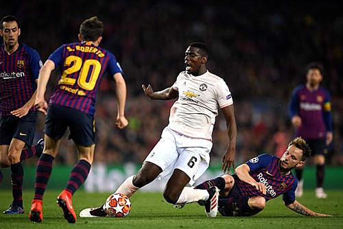 Pogba không chứng tỏ được nhiều trước hàng tiền vệ Barca. Ảnh:AFP.